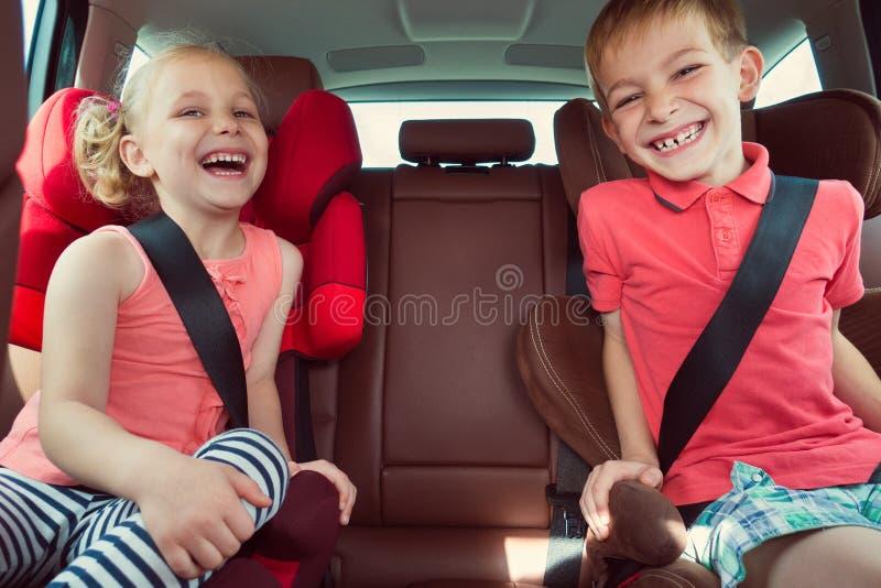 Crianças felizes, menina adorável com seu irmão que senta-se junto em m foto de stock royalty free
