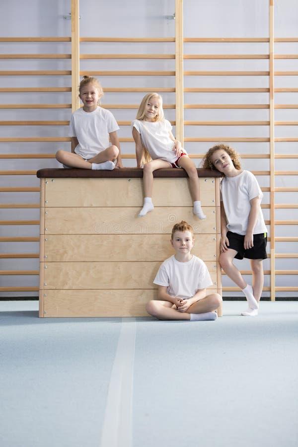 Crianças felizes na caixa de madeira fotografia de stock royalty free