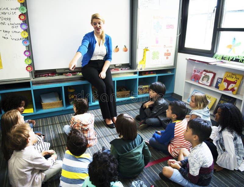 Crianças felizes na escola primária foto de stock