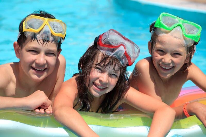 Crianças felizes na piscina fotos de stock