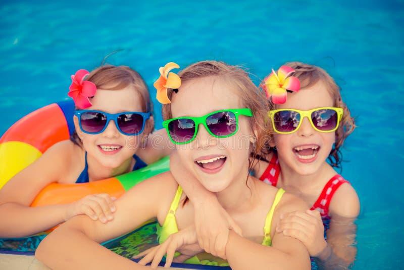 Crianças felizes na piscina foto de stock
