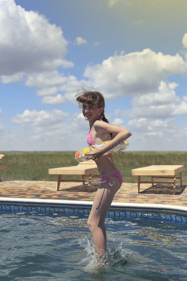 Crianças felizes na praia durante o verão fotos de stock royalty free