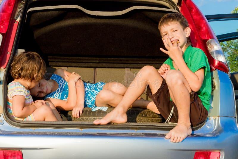crianças felizes no carro, viagem da família, curso das férias de verão fotografia de stock royalty free
