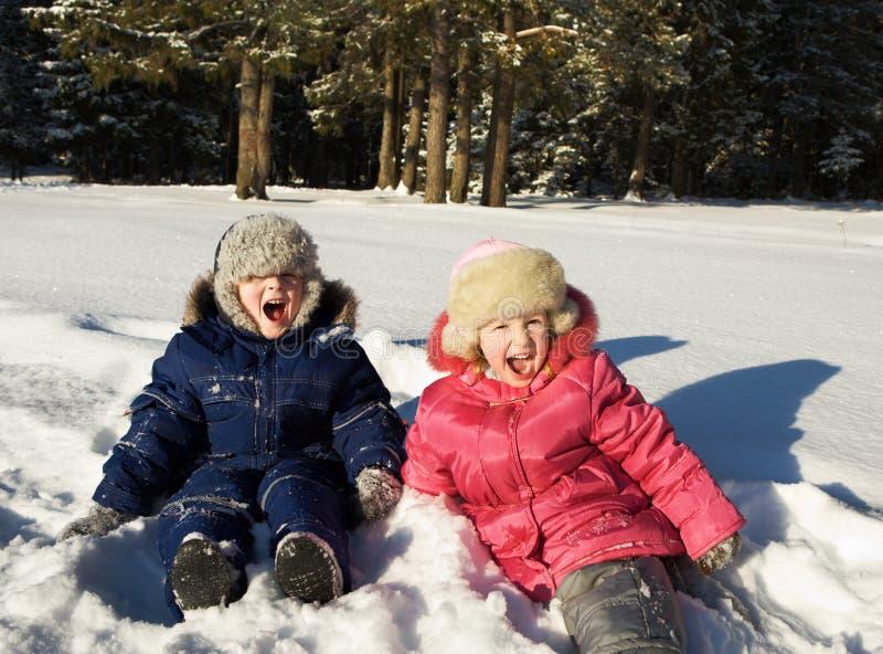 Crianças felizes no dia de inverno solar fotos de stock royalty free