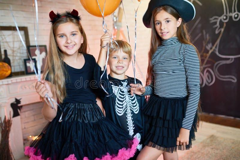 Crianças felizes no partido de Dia das Bruxas fotos de stock royalty free