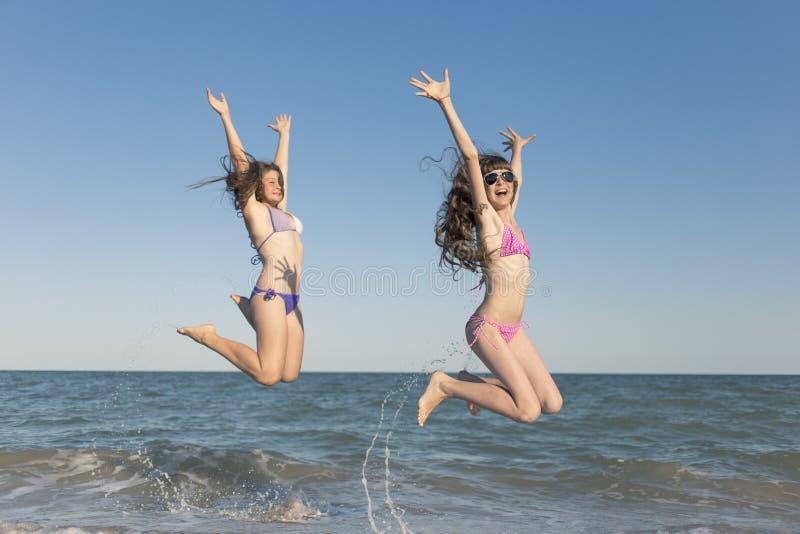 Crianças felizes no verão na praia imagem de stock royalty free