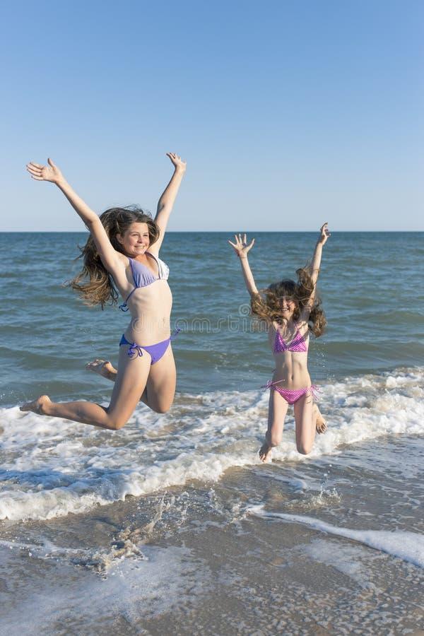 Crianças felizes no verão na praia foto de stock royalty free
