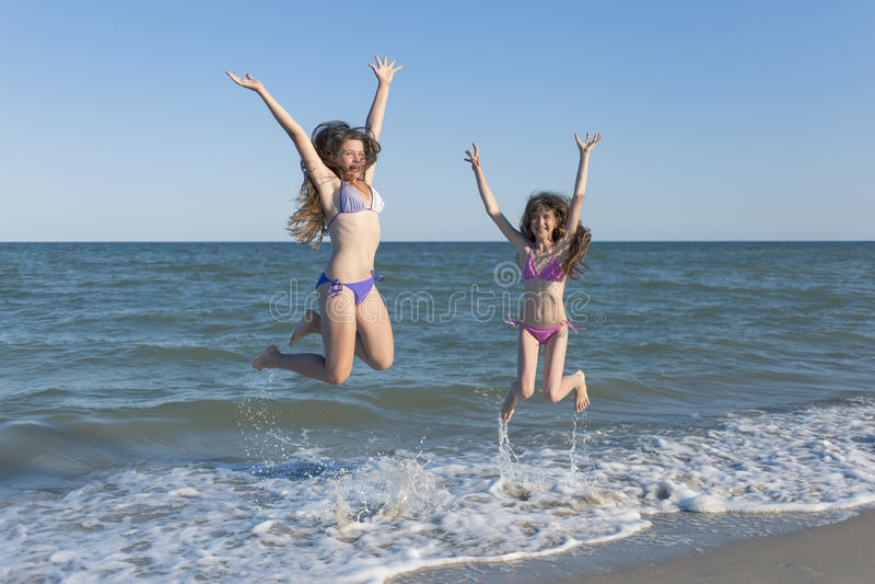 Crianças felizes no verão na praia imagens de stock