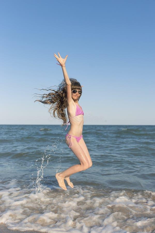 Crianças felizes no verão na praia fotografia de stock royalty free