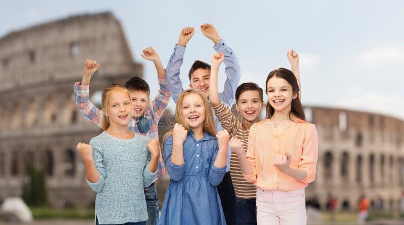 Crianças felizes que comemoram a vitória sobre o coliseu foto de stock