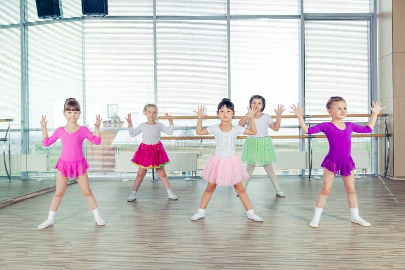 Crianças felizes que dançam sobre no salão, na vida saudável, na unidade da criança e no conceito da felicidade imagem de stock royalty free