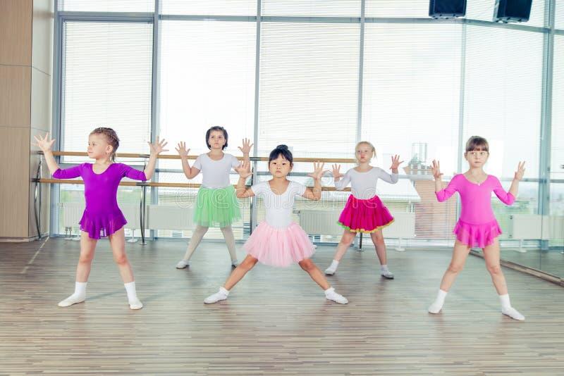 Crianças felizes que dançam sobre no salão, vida saudável, kid& x27; s togethern foto de stock royalty free