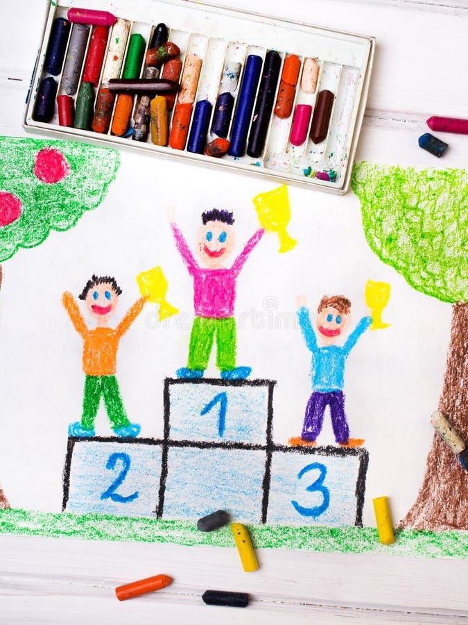 Crianças felizes que estão no pódio do vencedor fotos de stock royalty free