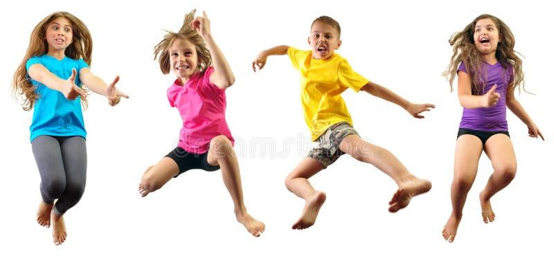 Crianças felizes que exercitam e que saltam fotografia de stock royalty free