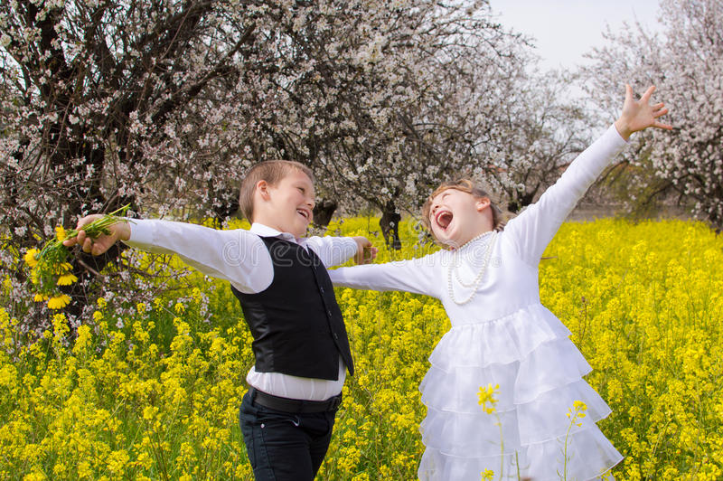 Crianças felizes que exultam fotos de stock