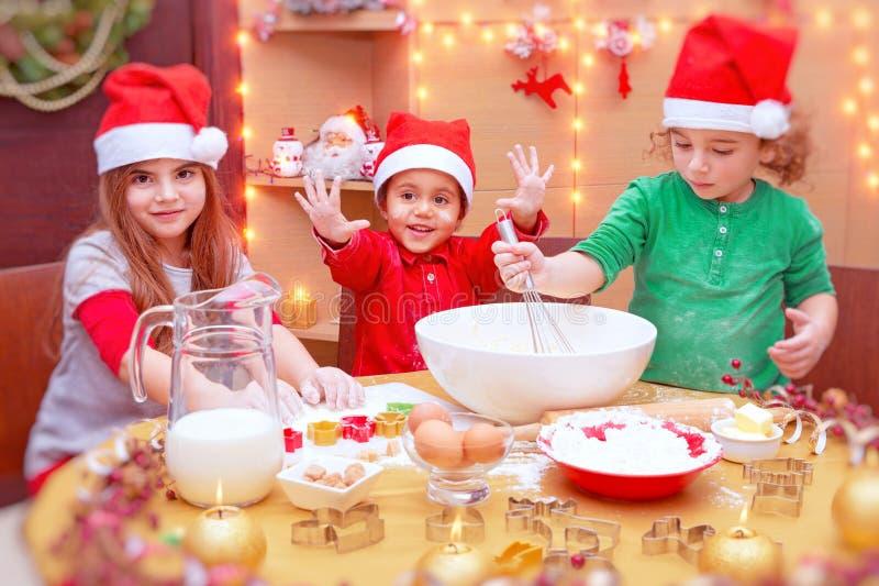 Crianças felizes que fazem cookies fotografia de stock royalty free