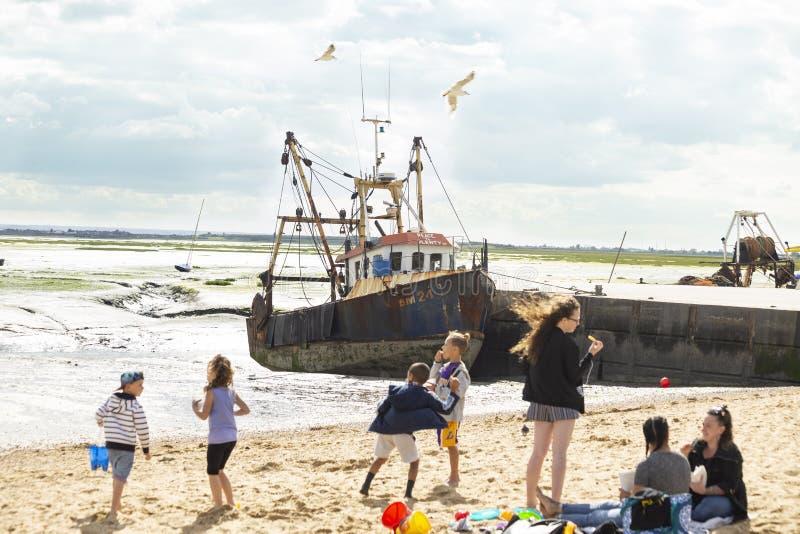 Crianças felizes que jogam livre na praia foto de stock royalty free