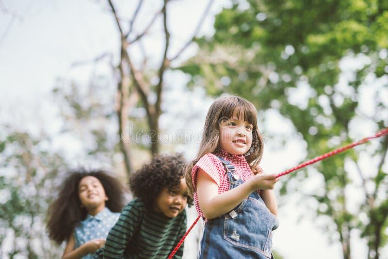 Crianças felizes que jogam o conflito imagem de stock