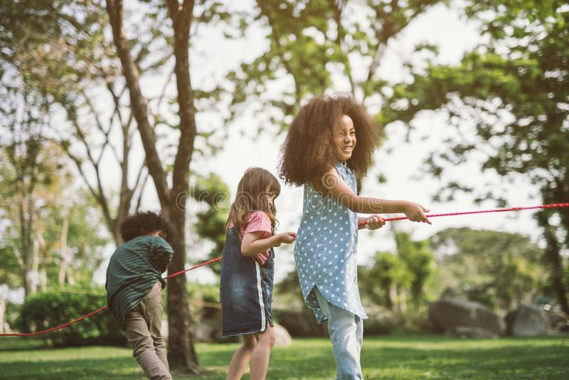 Crianças felizes que jogam o conflito imagens de stock royalty free