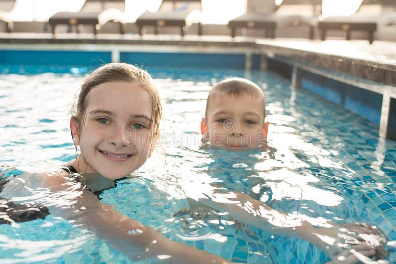Crianças felizes que nadam na associação imagens de stock royalty free