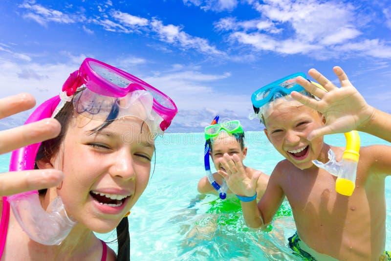 Crianças felizes que snorkeling fotografia de stock royalty free