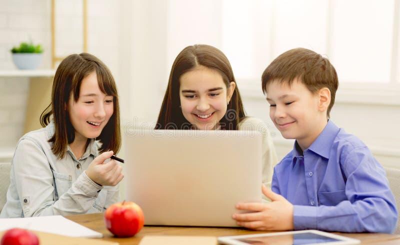 Crianças felizes que surfam índice interessante no Internet imagem de stock