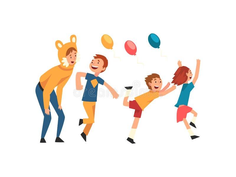 Crianças felizes que têm o divertimento com o animador na festa de anos, anfitrião no traje engraçado festivo que executa ant ilustração do vetor