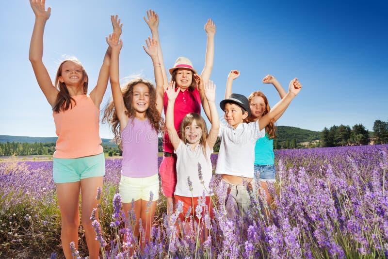 Crianças felizes que têm o divertimento fora no campo da alfazema imagem de stock