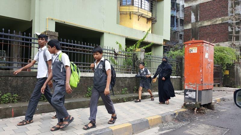 Crianças felizes que vão à escola na Índia imagem de stock royalty free