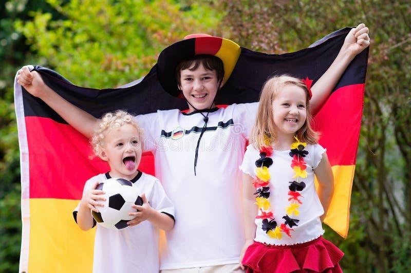 Crianças felizes, suportes alemães do futebol imagens de stock