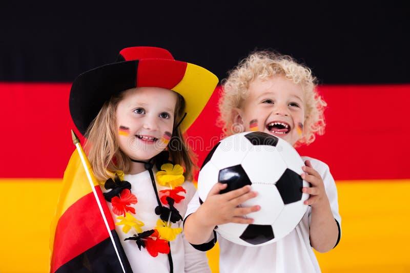Crianças felizes, suportes alemães do futebol fotografia de stock