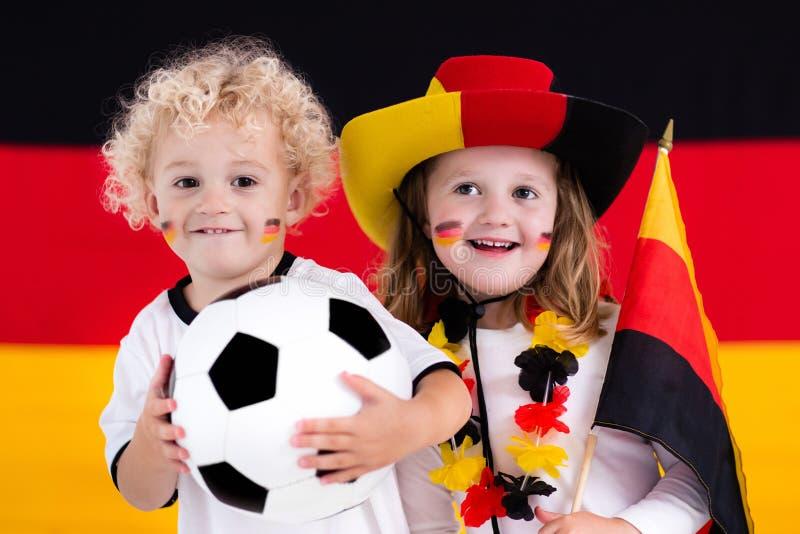 Crianças felizes, suportes alemães do futebol fotos de stock