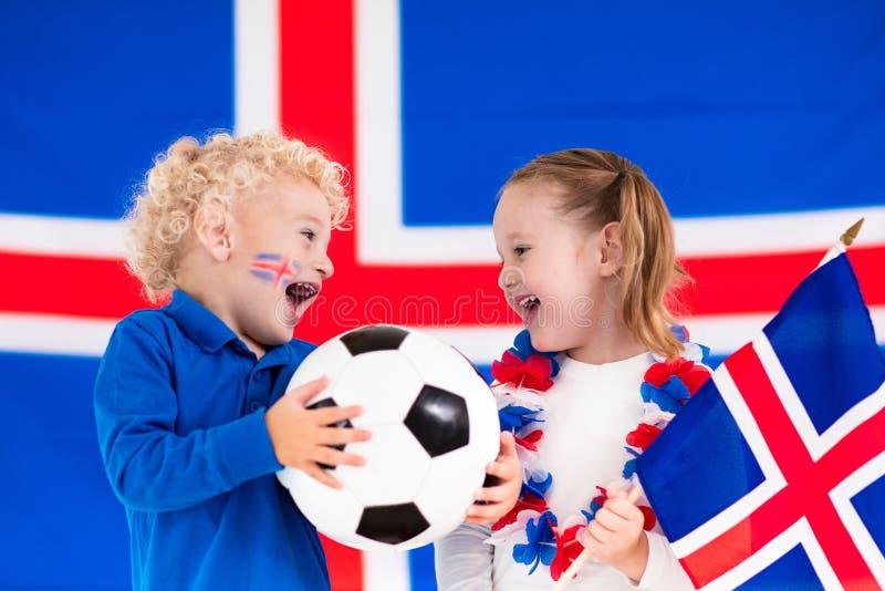 Crianças felizes, suportes do futebol de Islândia imagem de stock