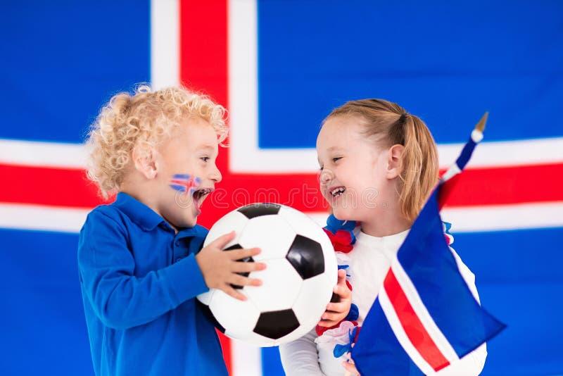 Crianças felizes, suportes do futebol de Islândia foto de stock