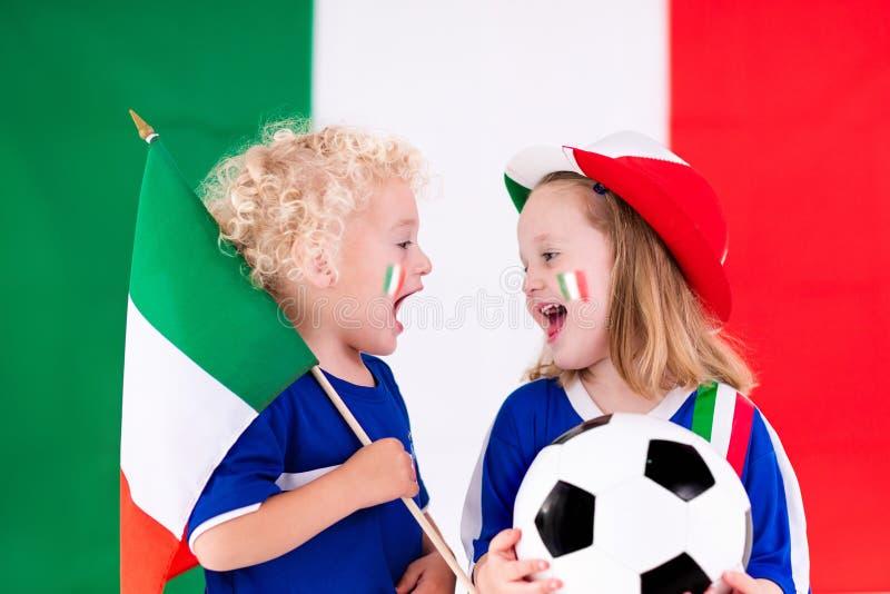 Crianças felizes, suportes do futebol de Itália foto de stock