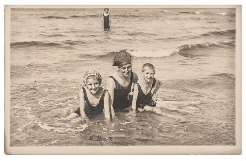 Crianças idosas da mãe da foto na imagem do vintage do mar foto de stock royalty free