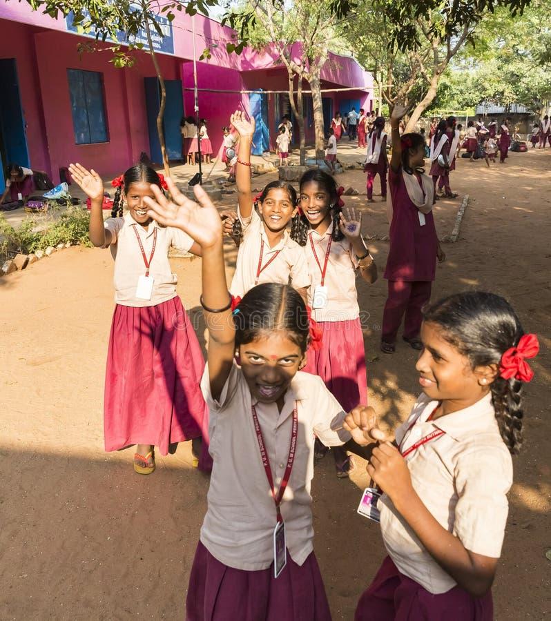 Crianças indianas autênticas com os uniformes no campo de jogos na escola primária fotografia de stock