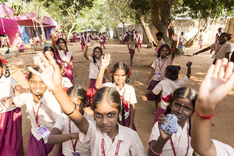 Crianças indianas autênticas com os uniformes no campo de jogos na escola primária foto de stock