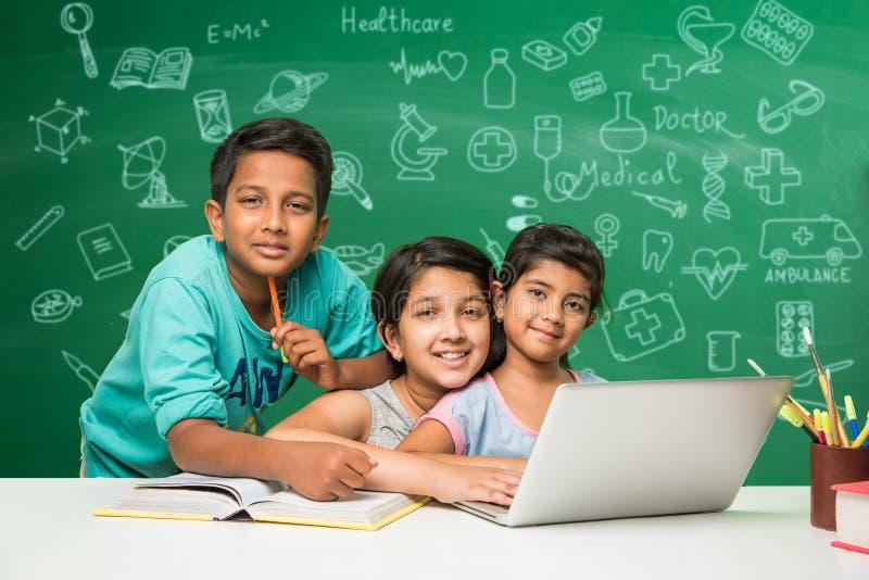 Crianças indianas e ciência foto de stock
