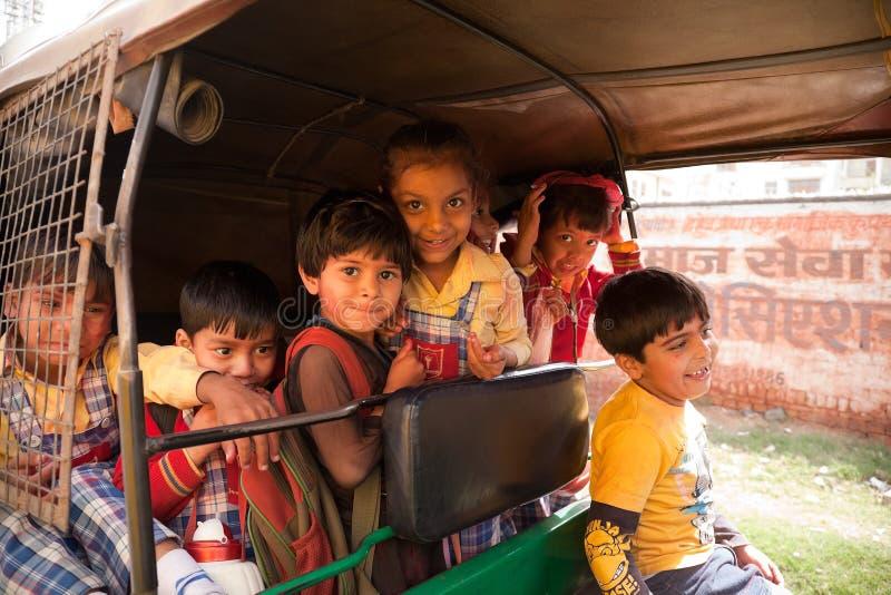 Crianças indianas felizes que apreciam o holi imagem de stock