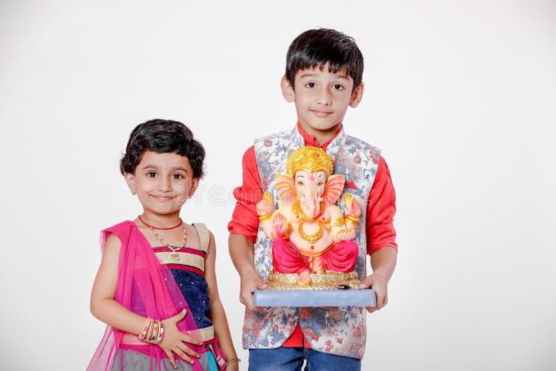 Crianças indianas pequenas com ganesha e rezar do senhor, festival indiano do ganesh fotos de stock royalty free