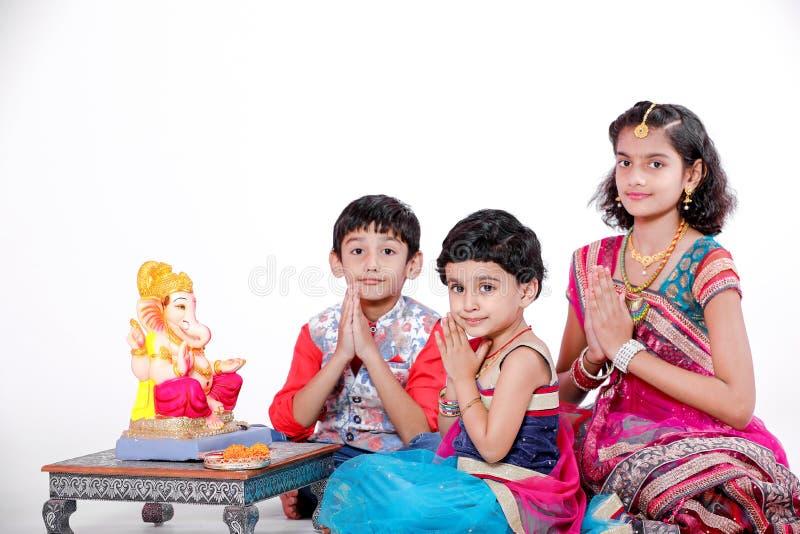 Crianças indianas pequenas com ganesha e rezar do senhor, festival indiano do ganesh fotografia de stock