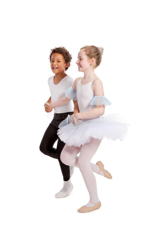 Crianças inter-raciais que dançam junto imagens de stock royalty free