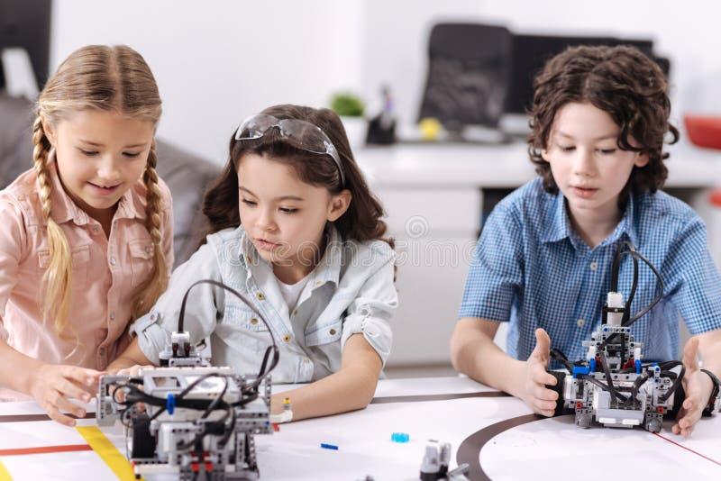 Crianças inventivos que testam tecnologias na escola fotos de stock royalty free