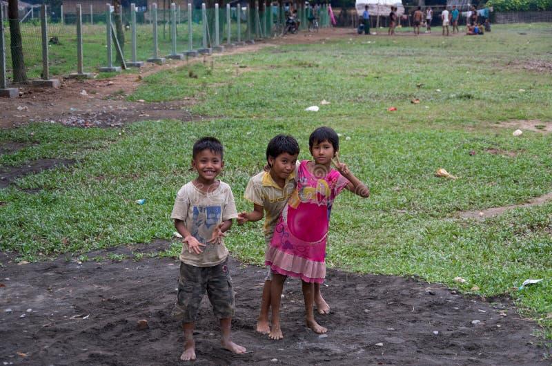 Crianças locais da árvore que têm o divertimento em um campo em Mrauk U, Myanmar fotografia de stock