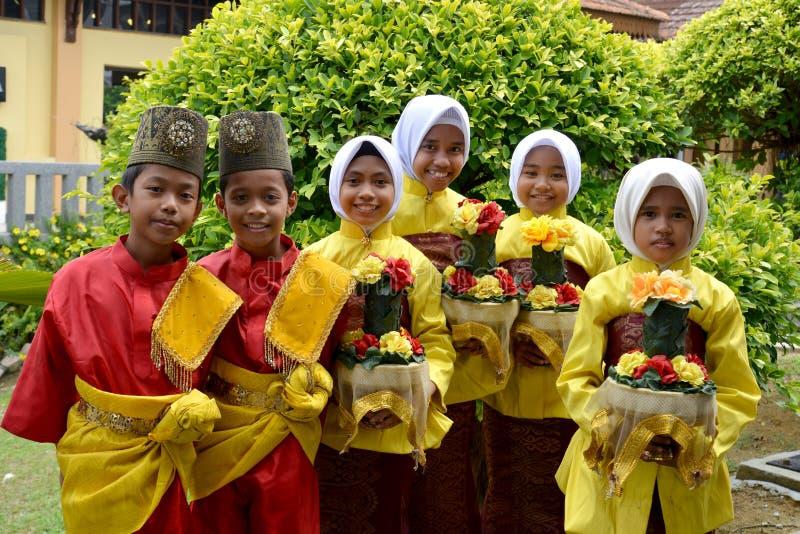 Crianças malaios com inteiro tradicional fotos de stock