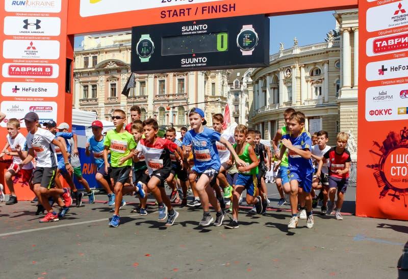 Crianças maratona, crianças na linha de partida fotos de stock