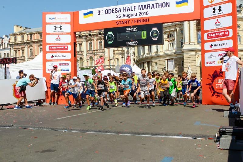 Crianças maratona, crianças na linha de partida imagens de stock