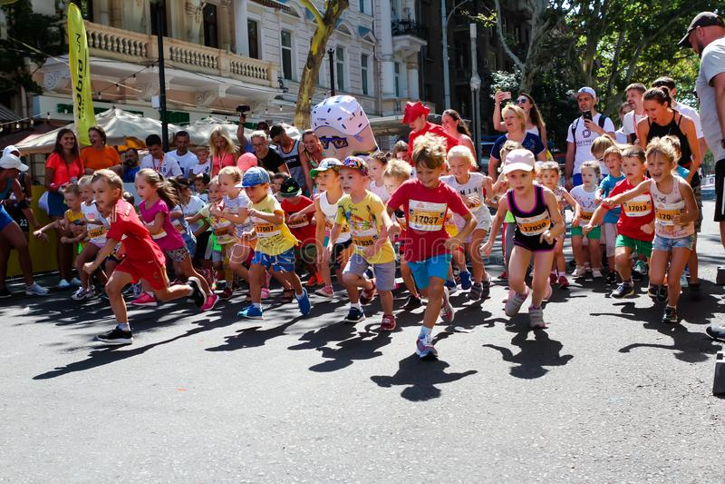 Crianças maratona, crianças na linha de partida imagem de stock royalty free