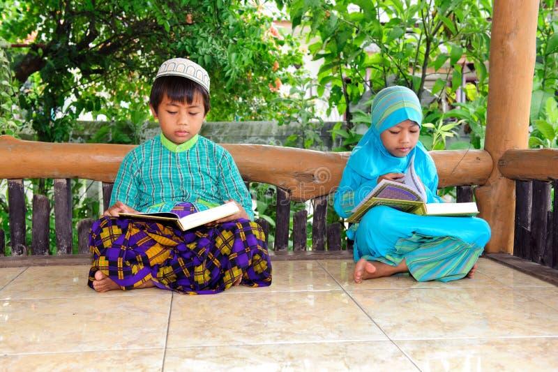 Crianças muçulmanas que lêem Koran, Indonésia imagem de stock